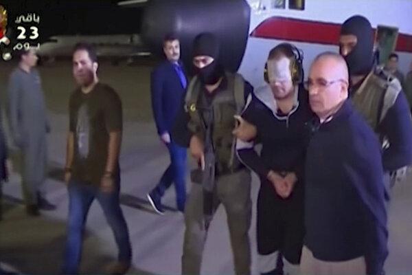 príslušníci egyptskej armády odvádzajú významného egyptského militanta Hišáma Ašmáwího, ktorého zatkli vlani v októbri na letisku v Káhire 29. mája 2019.