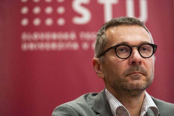 Dekana FIIT STU Ivana Kotuliaka vyzvali, aby odstúpil zo svojej funkcie.