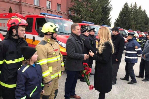 Starosta Lipovca Jozef Mada si v mene svojich hasičov preberá kľúče od nového auta od ministerky Sakovej.