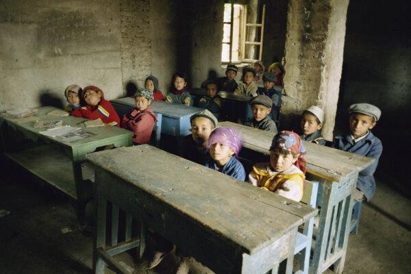 Ujgurské deti učia správať sa ako Číňania, v učebniciach chýbajú akékoľvek zmienky o Ujguroch.