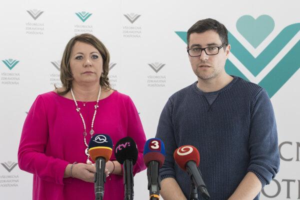 Na snímke vľavo generálna riaditeľka Všeobecnej zdravotnej poisťovne Ľubica Hlinková, vpravo otec vážne chorej poistenky z Košíc Amélie Juraj Bartakovič.
