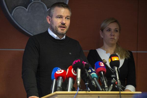 Na snímke zľava predseda vlády SR Peter Pellegrini (Smer), poverený riadením ministerstva zdravotníctva a ministerka vnútra Denisa Saková (Smer) počas tlačovej konferencie po mimoriadnom zasadnutí krízového štábu.