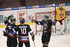 Hráči HC'05 iClinic Banská Bystrica sa tešia po góle Jordana Hickmotta (vľavo), v bráne brankár Dukly Trenčín Michal Valent v zápase nadstavbovej časti Tipsport Ligy, 6. kolo A-skupina o 1.-6. miesto, HK Dukla Trenčín - HC'05 iClinic Banská Bystrica.