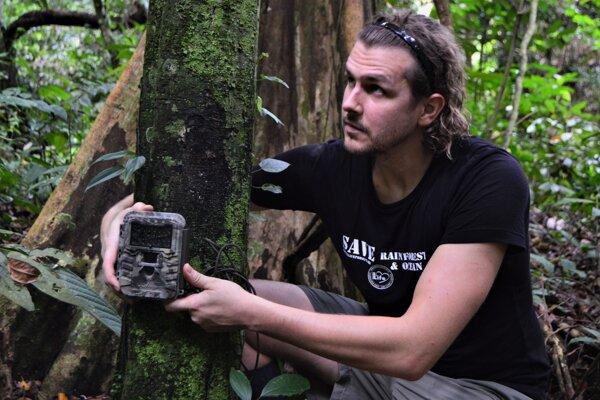 Tomáš Šmátrala pri osádzaní fotopasce v pralese na Sumatre.