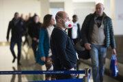 Zamestnanec s ochranným respirátorom stojí na bratislavskom Letisku M. R. Štefánika v Bratislave. V súvislosti s hrozbou koronavírusu sa vykonáva od piatka 28. februára 2020 na medzinárodných letiskách SR zdravotná kontrola každého pasažiera.