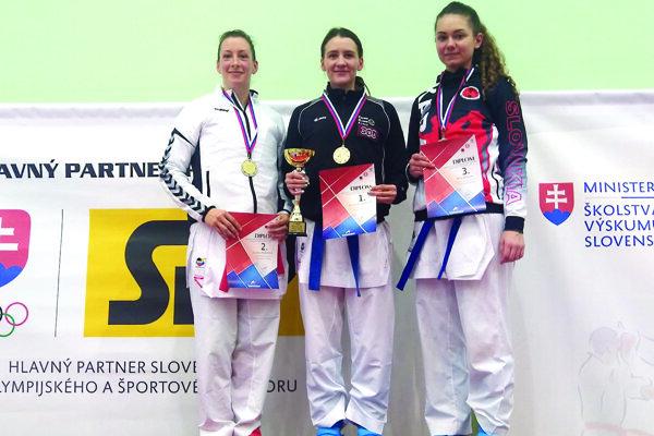 Dominika Tatárová (v strede)