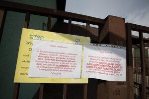 Oznam pri vstupe informujúci o dočasnom zatvorení ZOO Bratislava v súvislosti s výskytom nového koronavírusu na Slovensku.