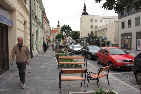Obnovená časť už slúži verejnosti, Hviezdoslavova bude po dokončení pešou zónou.
