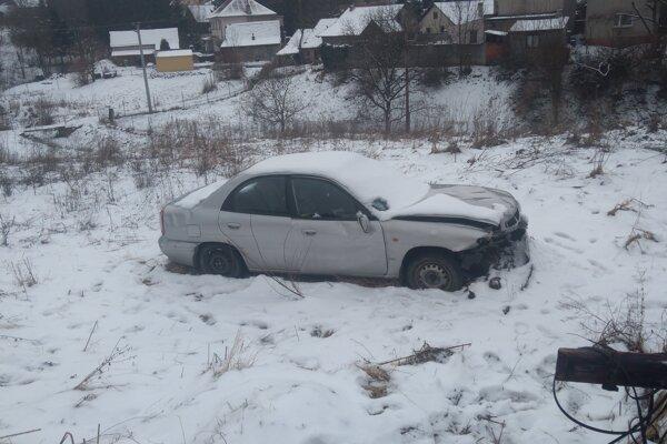 Auto z trávy zmizlo.