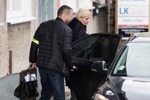 Moniku Jankovskú odvádzajú z policajnej stanice.
