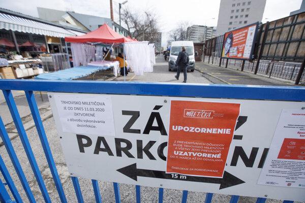 Oznam na bráne informujúci o dočasnom zatvorení trhoviska na Miletičovej ulici v Bratislave.