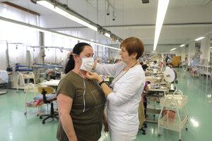 Ukážka správneho nasadenia ochranného rúška vyrobeného v textilnej spoločnosti Zornica.