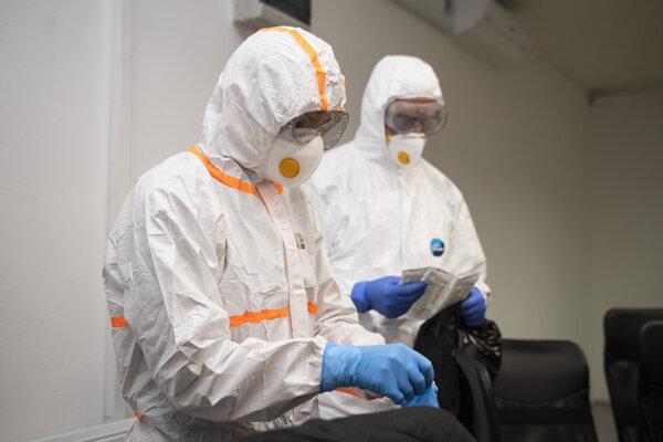 Celotelové odevy, v ktorých sa robí testovanie vzoriek na koronavírus.Ilustračná fotografia.