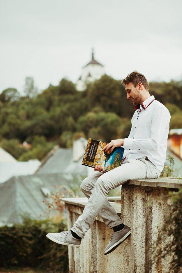 Autor knihy Michal Červeň.