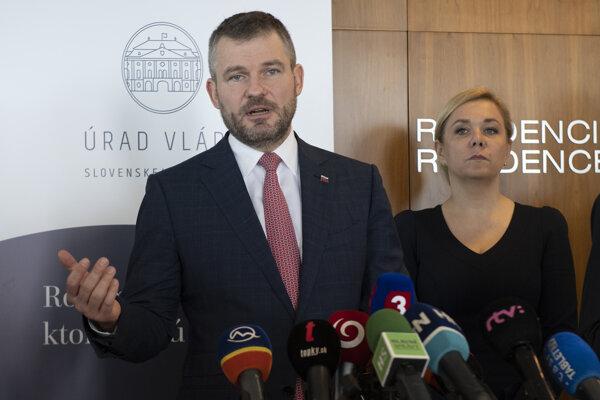 Predseda vlády SR Peter Pellegrini a vpravo ministerka vnútra SR Denisa Saková.