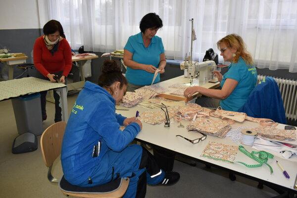 V krajčírskej dielni mestského podniku v Snine šijú rúška.