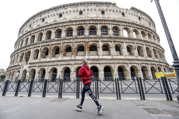 Prázdne námestie pred rímskym Koloseom.