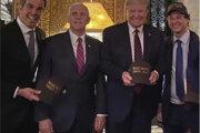 Fotka, ktorou sa pochválil hovorca brazílskeho prezidenta (celkom vpravo, vedľa Donalda Trumpa), ktorý nakazil svojho prezidenta Bolsonara.
