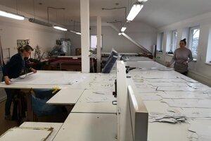 Firma sa špecializuje na výrobu odevov, od pondelka začne šiť ochranné rúška pre obec Skalité.
