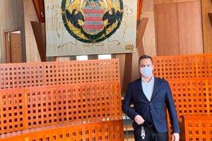 Takto sa dnes poslanec R. Ocharovich postavil pred mladomanželov. Ľudí vyzýva: Nemajte obavy nosiť rúška, je to naša spoločná zodpovednosť.
