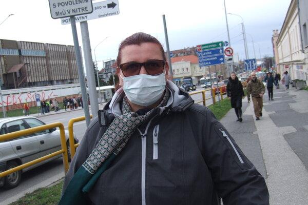 V uliciach pribúdajú ľudia s rúškami.
