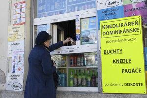 Okienkový predaj v centre Košíc kvôli zatvoreným reštauráciam.