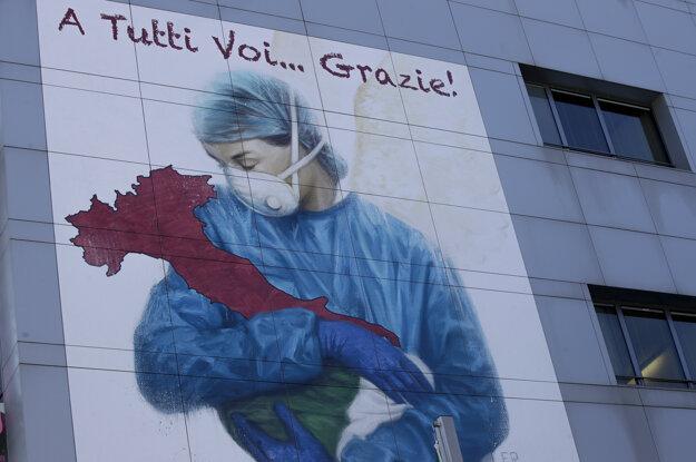 Kresba v nadrozmernej veľkosti, ktorá zobrazuje zdravotnú pracovníčku s ochranným rúškom na tvári objímajúcu čižmu v tvare Talianska a nápis