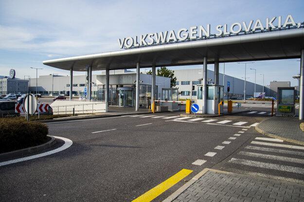 Vstupná brána do automobilky Volkswagen Slovakia. Automobilka dočasne zastavila výrobu.