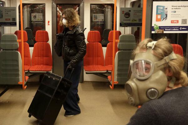 Cestujúci v pražskom metre.