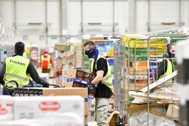 Skladové zásoby potravín v distribučnom centre.