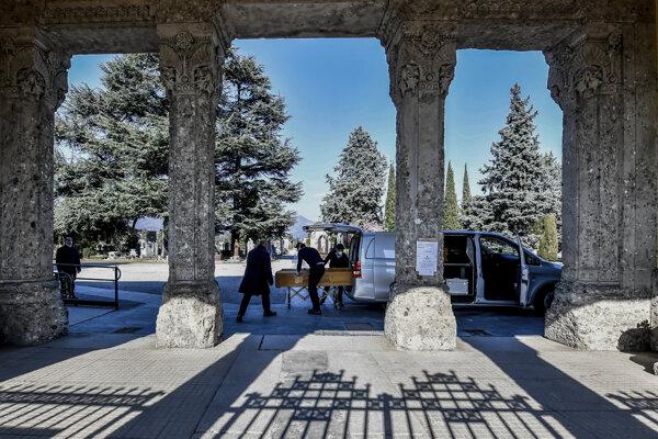 V Bergame sú pohreby každých 30 minút. Prísť môže len hŕstka najbližších, ktorí nemusia byť v karanténe.