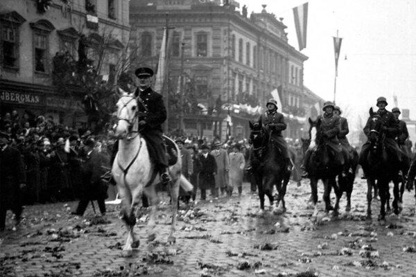 Ríšsky regent admirál Miklós Horthy vstupuje 11. novembra 1938 do obsadených Košíc