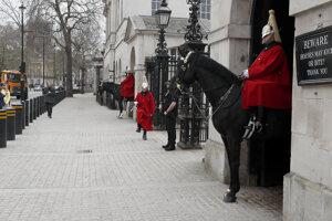 Horse Guards, jedna z najlepších turistických atrakcií v Londýne, je po vypuknutí nákazy z koronavírusu takmer prázdna.