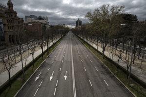 Takmer prázdna ulica Paseo de la Castellana, jedna z hlavných ciest v Madride.