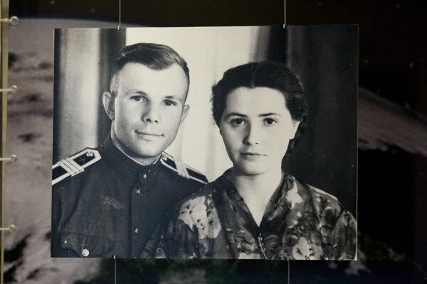 Jurij Gagarin s manželkou Valentinou. Fotografia je vystavená v ruskom parlamente v Moskve.