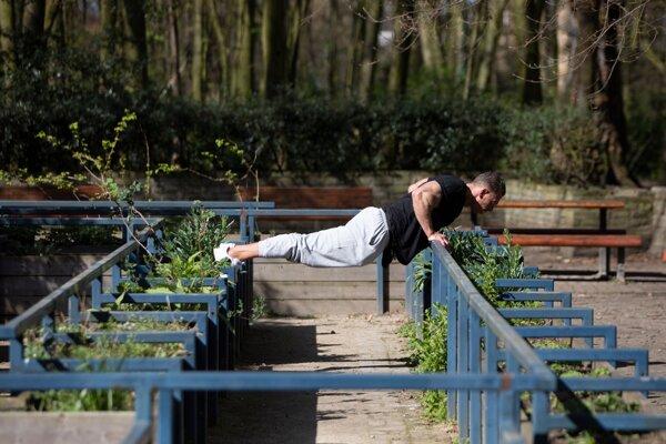Cvičiaci muž v záhrade v Antverpách 17. marca 2020.