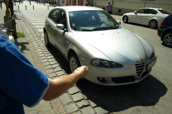 Húkajúci alarm najrýchlejšie vypne majiteľ auta kľúčom.