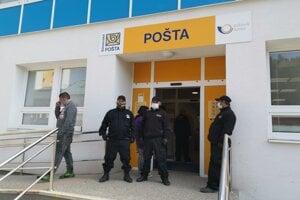 MOPS-kári v Krompachoch na poštu nepúšťali nikoho bez rúška.