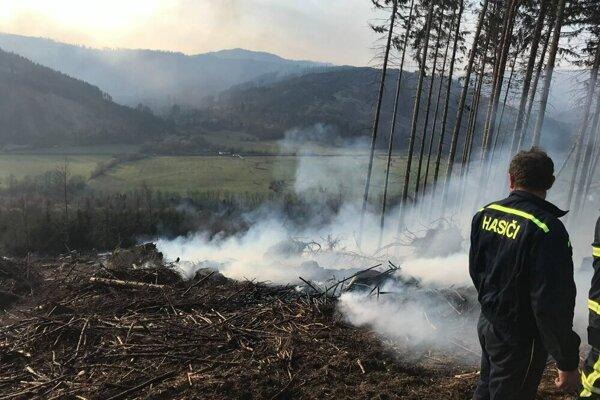 Aj spaľovanie zvyškov po ťažbe dreva prináša so sebou nebezpečenstvo požiaru.