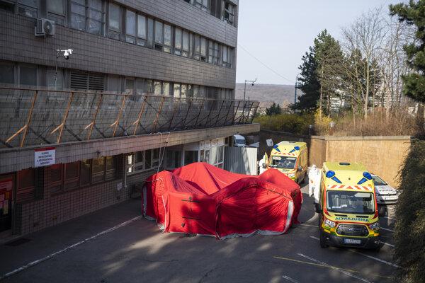 Špeciálny stan, v ktorom sa robia testy na nový koronavírus, pred Klinikou infektológie a geografickej medicíny Univerzitnej nemocnice Bratislava (UNB) na Kramároch.