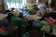 Kopy oblečenie na druhý deň po výbuchu bytovky na Mukačevskej ulici.