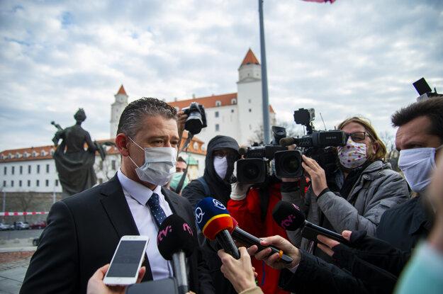Roman Mikulec (OĽaNO) prichádza do budovy parlamentu.