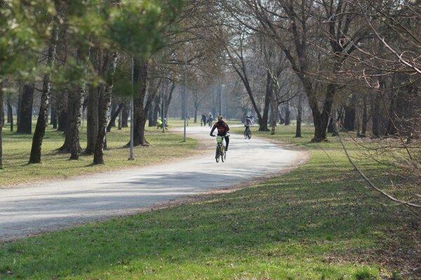 Slnečný piatok využili viacerí Košičania na vychádzku alebo výjazd na bicykli.