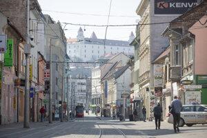 Vyľudnená Obchodná ulica v Bratislave.