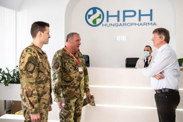 Maďarskí vojaci u výrobcu liečiv Hungaropharma