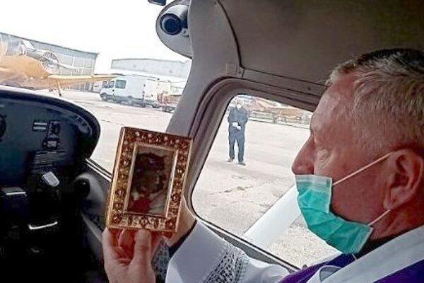 Generálny vikár s relikviou.