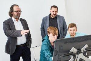 Šéfdizajnér Škody Oliver Stefani a exteriérový dizajnér Jiří Hadaščok konzultujú prácu s študentmi.