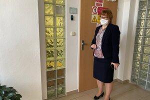 Riaditeľka Regionálneho úradu verejného zdravotníctva v Trenčíne Ľudmila Bučková pred laboratóriom, kde sa vyšetrujú vzorky.