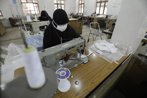 Žena vyrába rúška v jemenskom meste Saná.