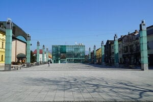 Divadelné námestie v Martine počas pracovného dňa je z dôvodu šírenia nového koronavírusu ľudoprázdne.